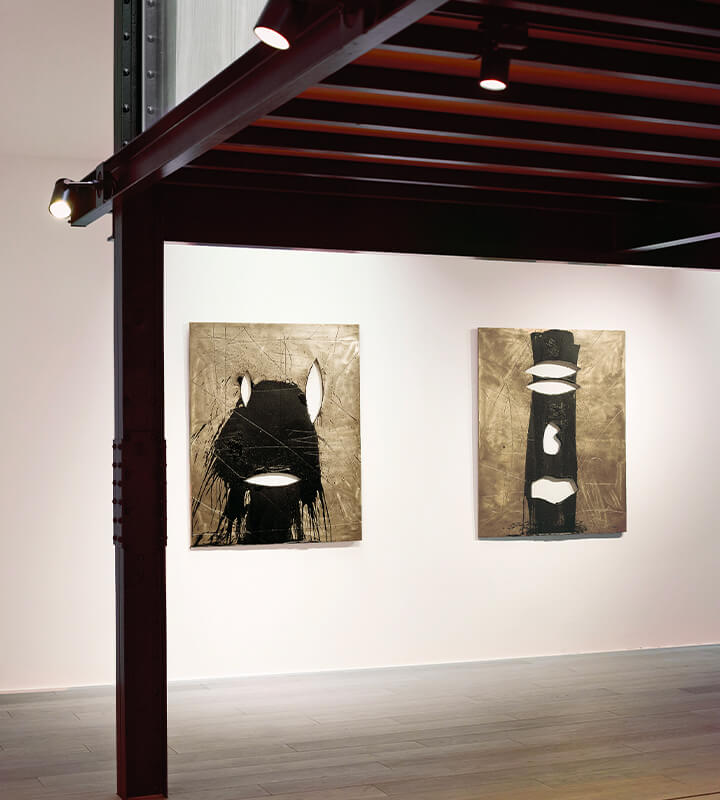 Reiffers Art Initiatives présente également chaque année au printemps une exposition thématique consacrée à la jeune scène artistique et reflétant ses multiples identités.