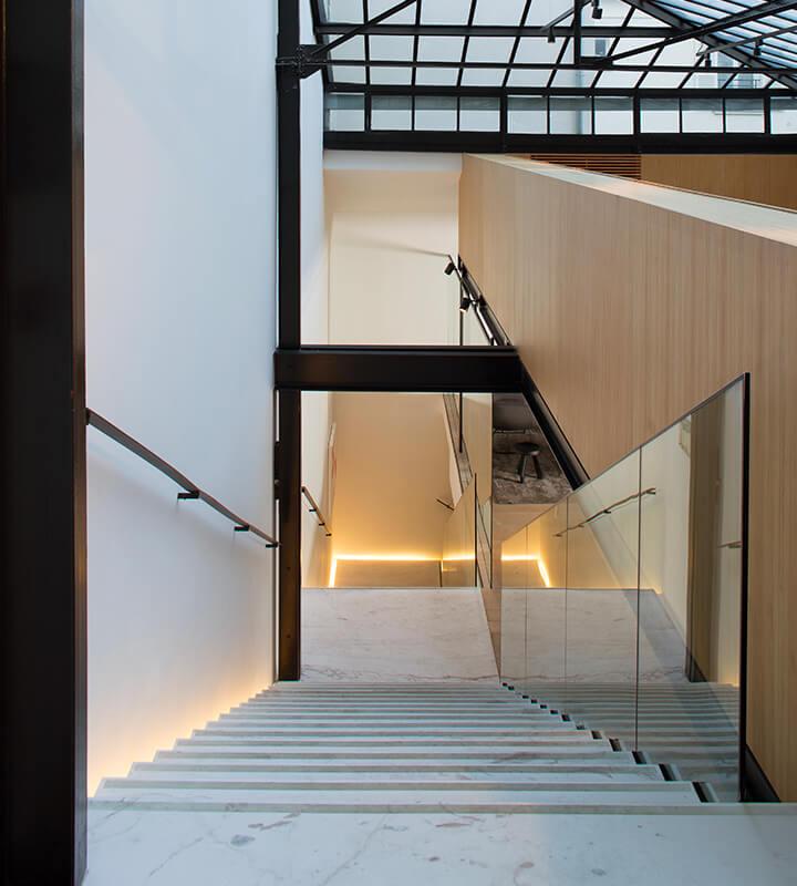 Le Studio des Acacias est un espace d'exposition offrant une surface de plus de 600 m2 sur trois niveaux.