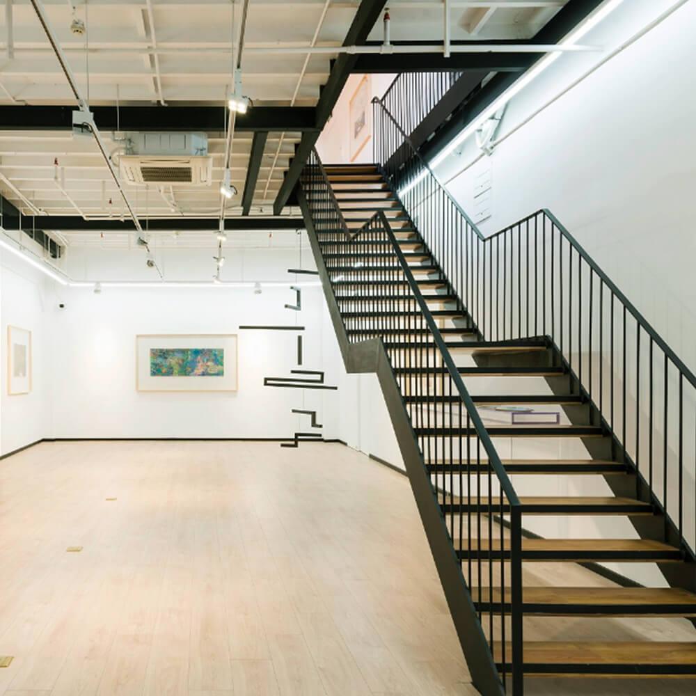 Avec sa structure originale d'ancienne usine industrielle, la Modern Art Base est un espace attractif pour les artistes.